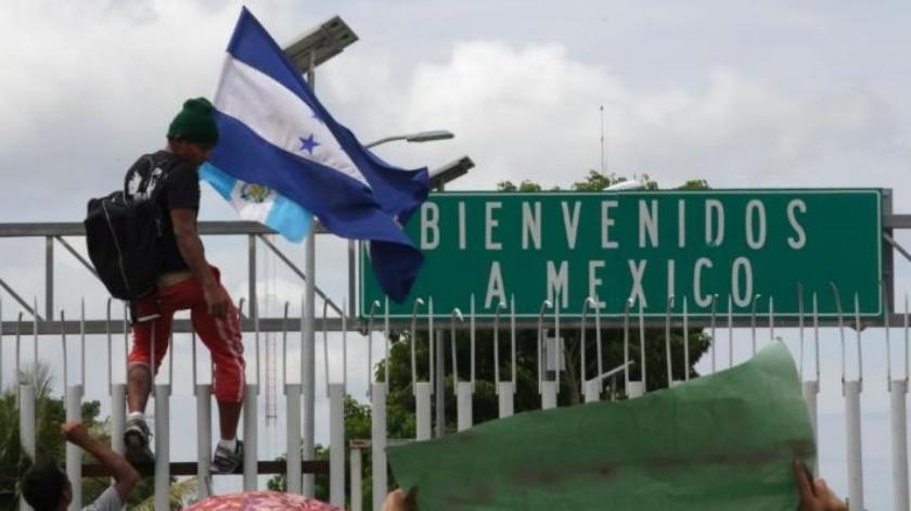 Agentes de la Policía Federal contienen a migrantes; ofrecen atenderlos en grupos para revisar su situación