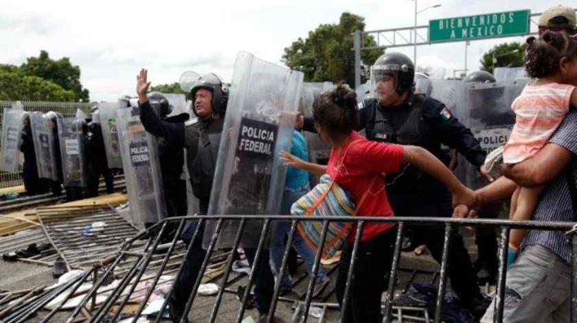 VIDEO: Así ingresaron a México miles de migrantes tras romper cerco de Guatemala