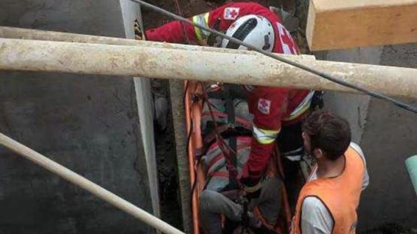 Cae hombre a fosa de construcción; es rescatado por Cruz Roja