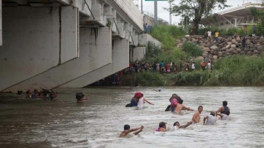 Desesperados, migrantes se lanzan al río Suchiate para ingresar a México