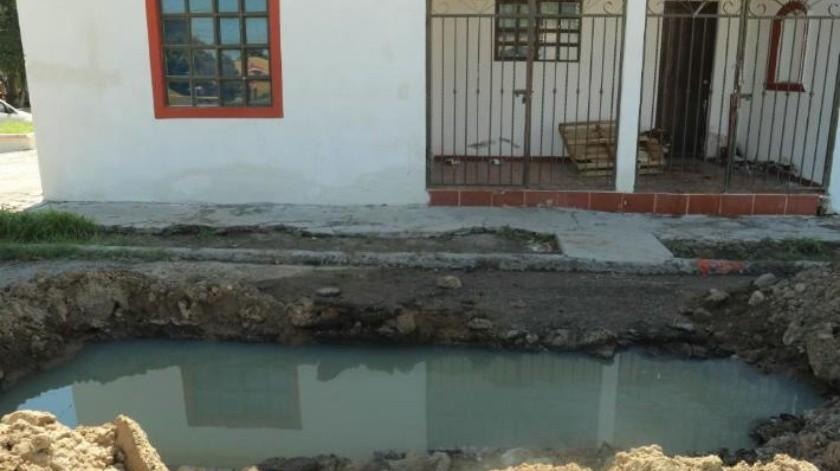 Vecinos están hartos de la peste a drenaje