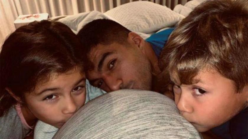 Con tierna fotografía, Luis Suárez anuncia el nacimiento de su tercer hijo