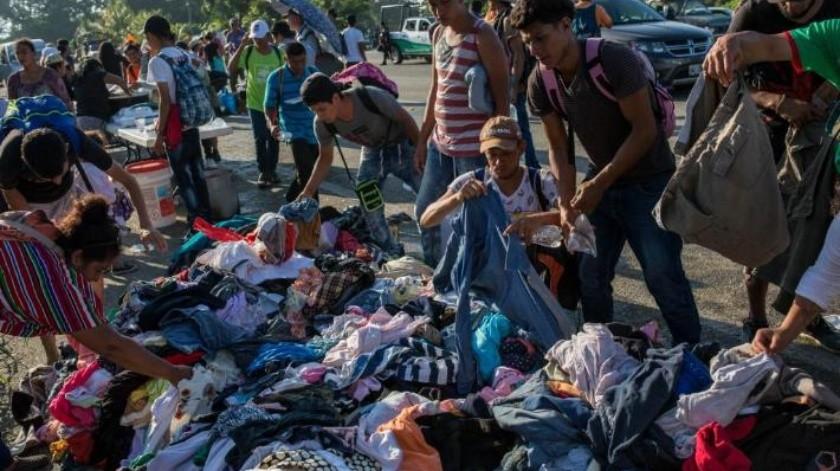 Policías mexicanos obligan a migrantes a bajar de minibuses a pesar de haber pagado boleto