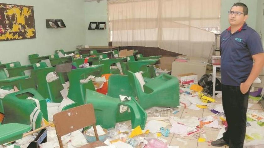 Destruyen material didáctico a niños de escuela primaria