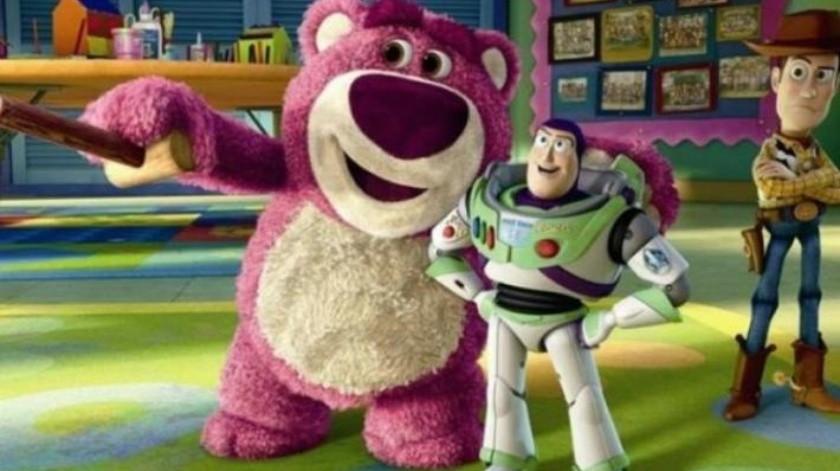 Rinden homenaje a Toy Story con estructura hecha con 32.000 piezas de dominó