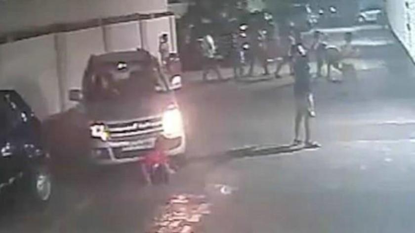 VIDEO: Le pasa auto por encima a niño y resulta ileso