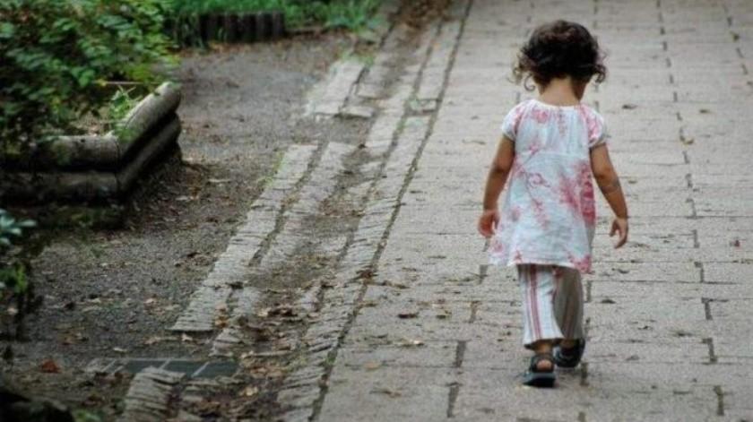 Rescatan a una niña que estaba sola por fuera de un mercado