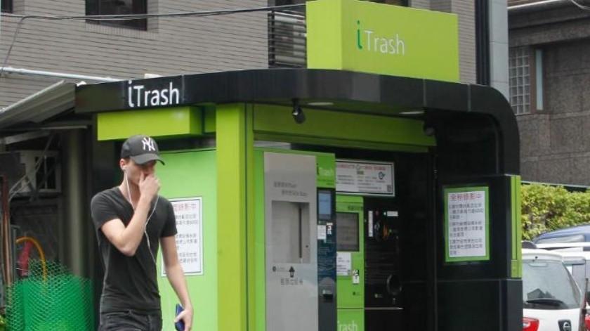 En Taiwán máquinas dan dinero a cambio de basura