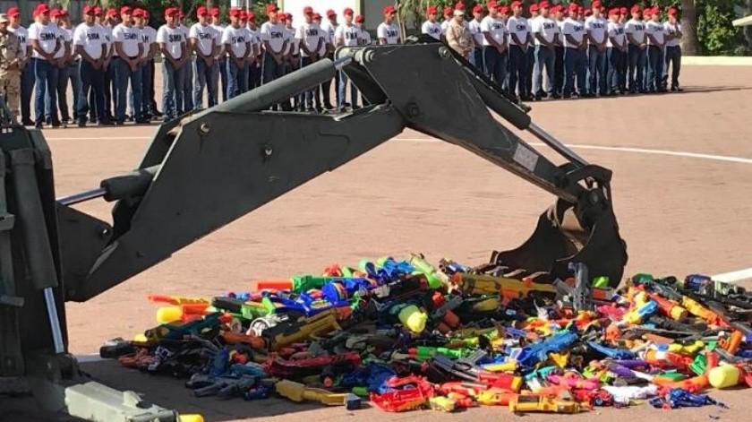 """VIDEO: Por campaña """"Juguemos sin Violencia"""", Sedena destruye casi 900 juguetes bélicos"""