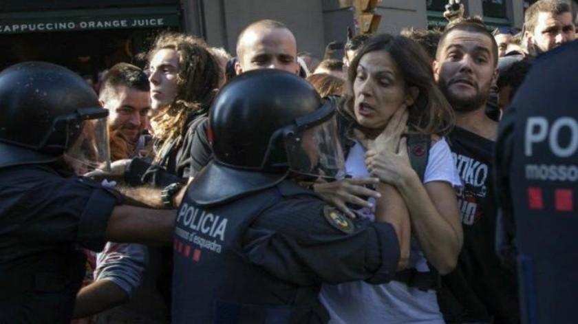 Separatistas españoles se enfrentan a policías con polvos de colores en Barcelona