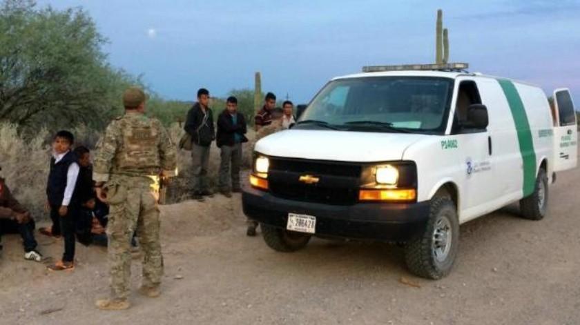 Encuentran a 11 migrantes atrapados en camión