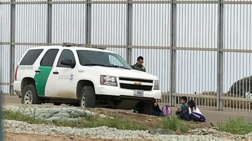 Migrantes se entregan a la Border Patrol para ingresar a EU