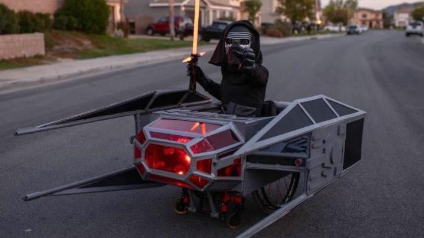Su familia ha transformando su silla de ruedas en una increíble máquina de cosplay para Halloween