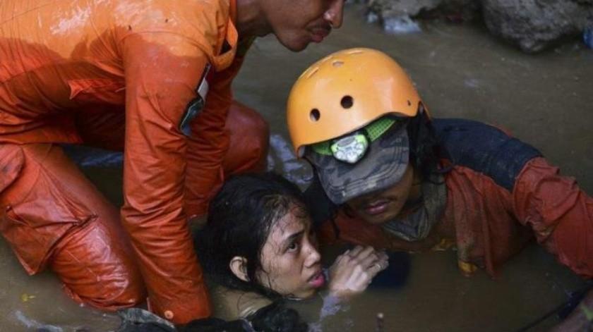 Aumenta a 800 el número de muertes en Indonesia por sismo y tsunami