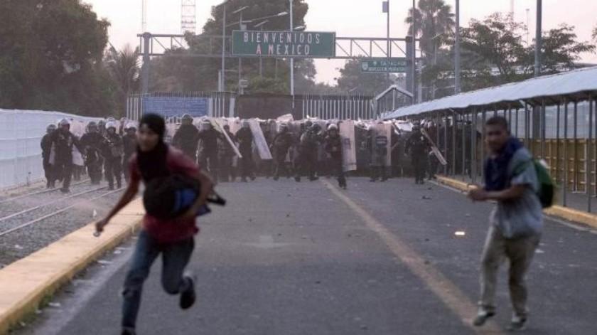 Intentan migrantes cruzar México; se enfrentan a policías