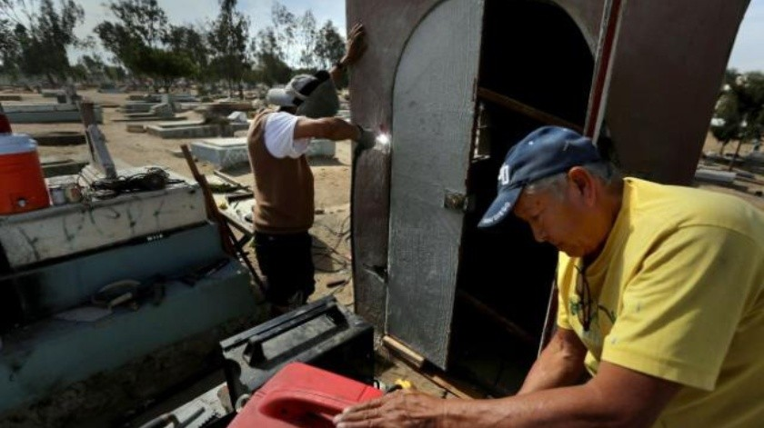 Indigentes usan criptas como su hogar en Tijuana