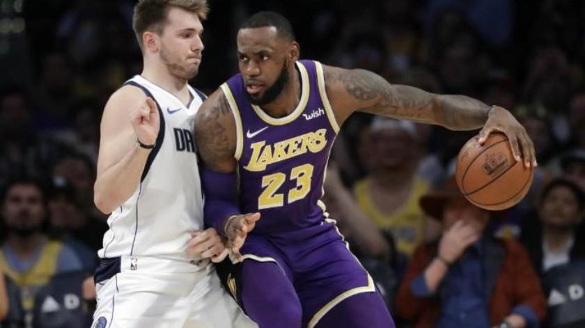 Lakers de Los Ángeles ganan a Mavericks de Dallas 114-113 con tiro libre de Lebron James