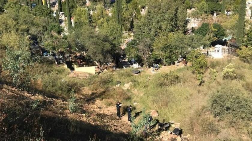 """A unos metros del panteón, autoridades encuentran a hombre """"enterrado"""" bajo piedras"""