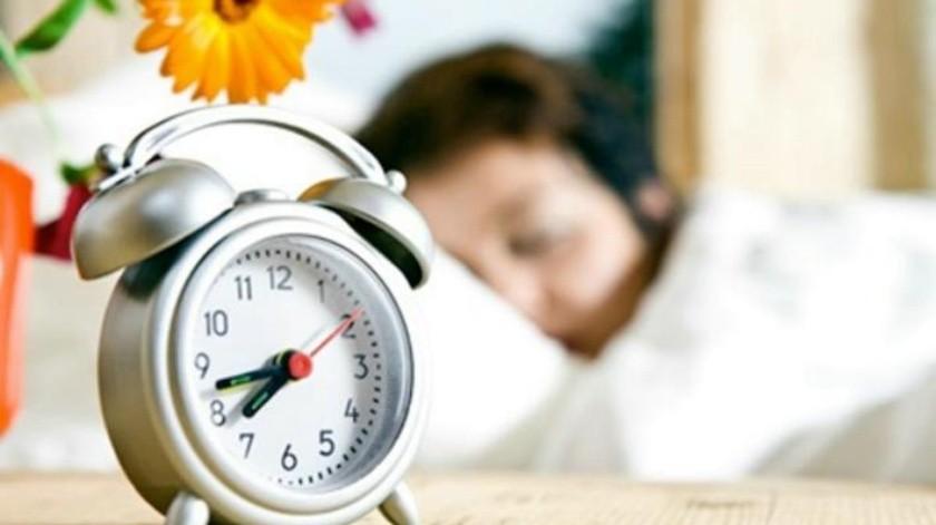 Atrasarán relojes una hora; EU cambiará horario el domingo