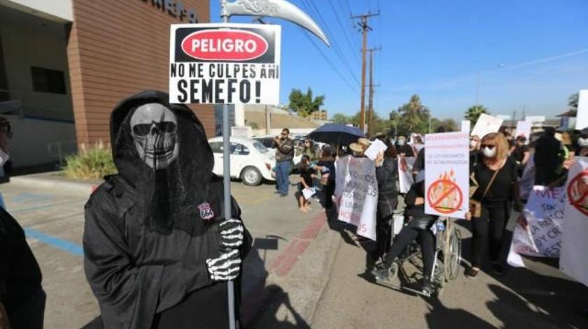 Con tapabocas protestan vecinos por malos olores por Semefo y funerarias en Tijuana
