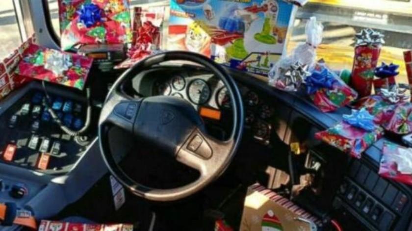Conductor de transporte escolar se convirtió en Papá Noel para los niños de su ruta