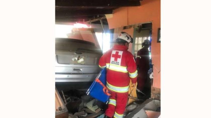 Vehículo se impacta contra una vivienda en bulevar Geranios
