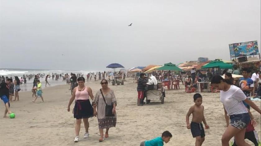 Disfrutan de la playa poco más de 10 mil personas en Rosarito