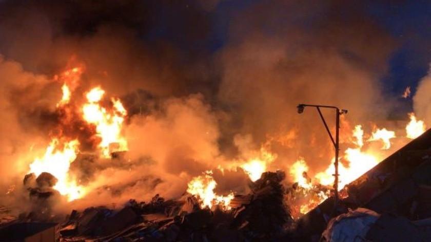 Fuerte incendio se registró en una recicladora