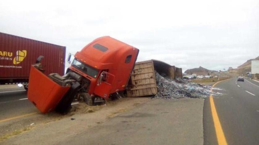 Camión se volcó la tarde de hoy en carretera escénica