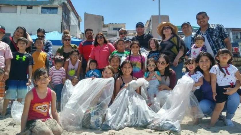 Limpian la playa padres, maestros y alumnos del Colegio Villa Alegre