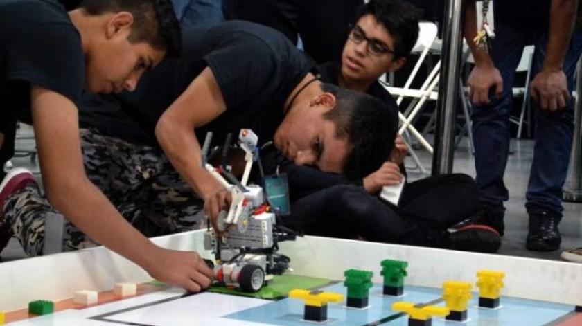 Jóvenes triunfan en competencia de robótica