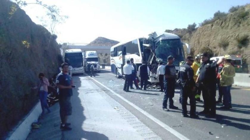 Choca autobús de pasajeros en carretera El Hongo-Tecate