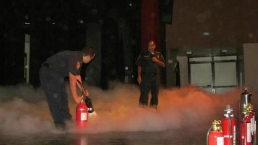 Instalan mesa de trabajo con bomberos