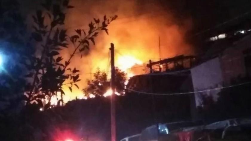 Incendio consume al menos tres viviendas en Camino Verde