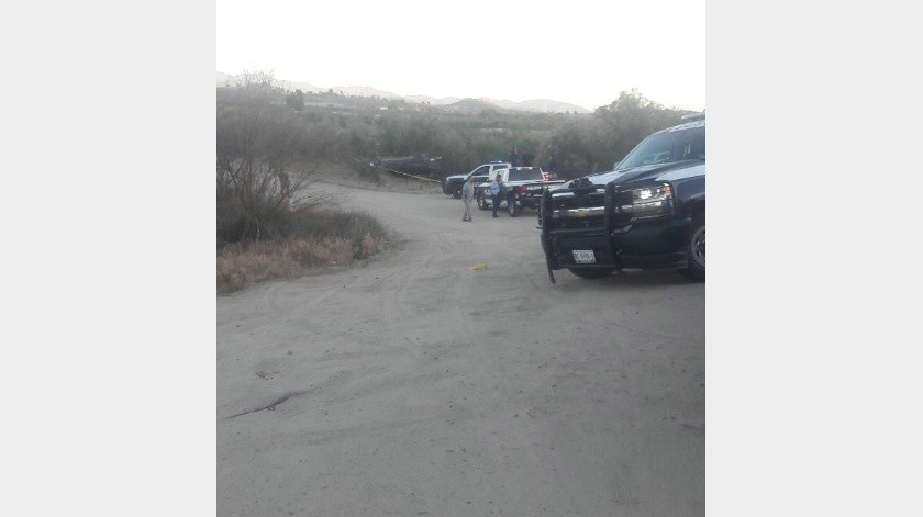 Persecución deja una patrulla fuera de camino y un pick up volteado