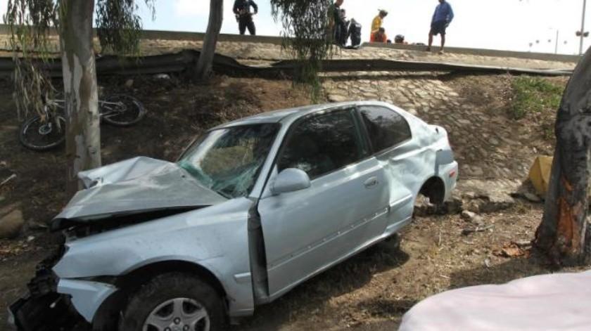 Conductora sale expulsada de su auto tras chocar