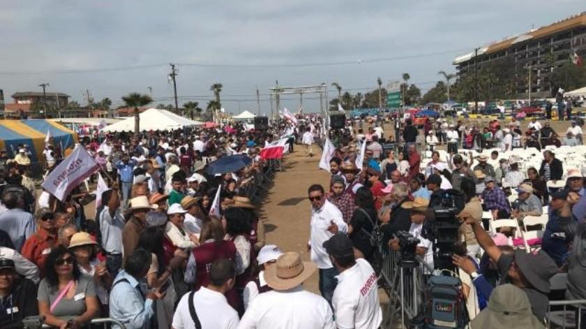 Esperan un millar de personas a AMLO en Rosarito