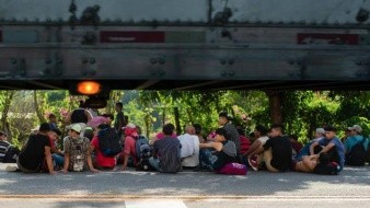 Autoridades municipales tratan de bloquear paso de caravana migrante en Chiapas