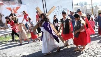 Niños representan a Jesús, María y Pilatos en Viacrucis