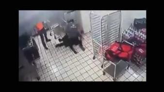 VIDEO: Empleado de pizzería sorprende a golpes a presunto delincuente y frustra asalto en Ciudad Obregón