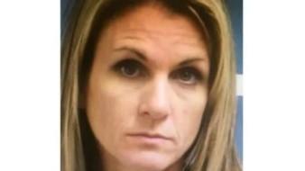 Mujer es acusada de tener relaciones sexuales con los novios de sus hijas adolescentes