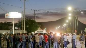 Ex concesionarios del transporte y choferes mantenían anoche la protesta en el Centro Pernocta.