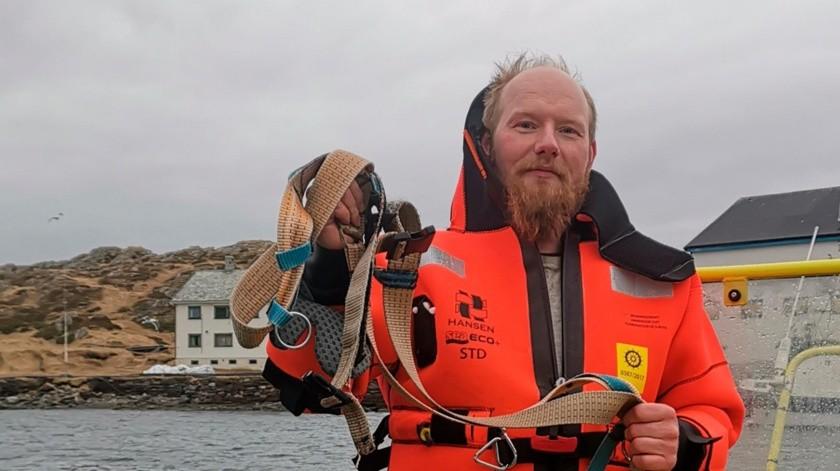 El cetáceo es tan manso que se deja acariciar en la trompa por la gente que acude a verla.(AP)