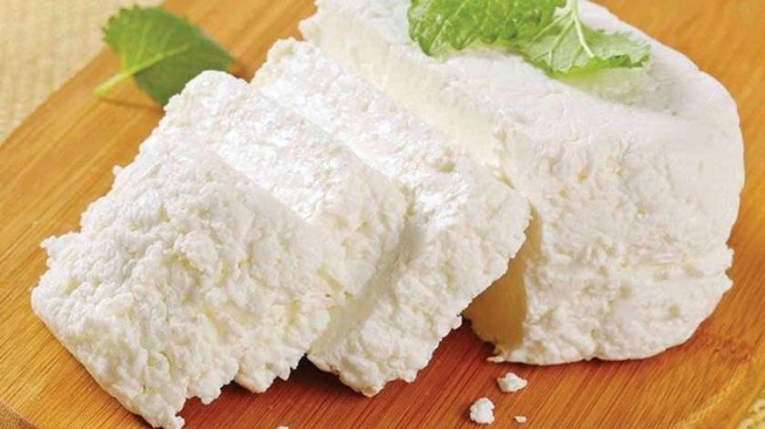 El ricotta es un tipo de queso elaborado con el suero de la leche de vaca, cabra, oveja o de búfalo. Contiene suero de leche, esto lo hace uno de los quesos con mayor cantidad de aminoácidos.(Tomada de la red)