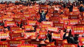 Miembros de la Confederación de Sindicatos de Corea muestran carteles durante una protesta por el Día Internacional del Trabajo, en Seúl, Corea del Sur, el 1 de mayo de 2019.