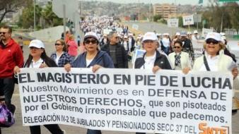 Maestros del SNTE y CNTE acudieron con mensajes en contra de las autoridades de Gobierno.
