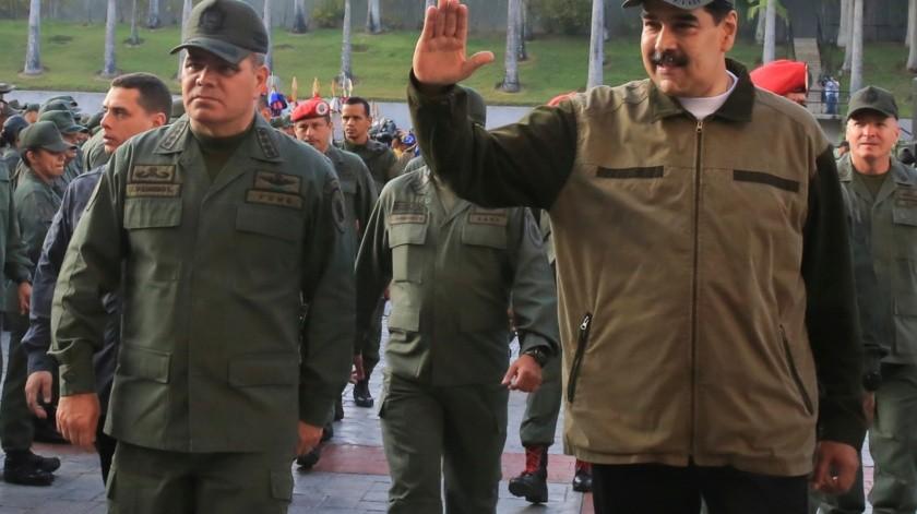 En esta foto publicada por la Oficina de Prensa de Miraflores, el ministro de Defensa, general Vladimir Padrino López, a la izquierda, se dirige a sus tropas, de pie junto al presidente de Venezuela, Nicolás Maduro, centro izquierda, durante una reunión en Fort Tiuna en Caracas, Venezuela.(AP)