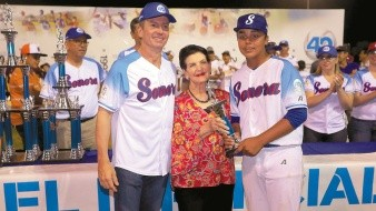 Juan Fernando Healy y la señora Silvia Loera de Healy entregaron el trofeo del m�s valioso a David Zazueta.