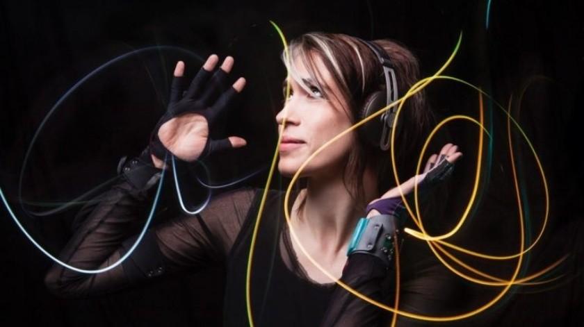 Los sensores en los guantes miden el movimiento en las manos, desde la curva más pequeña de un dedo hasta la orientación de la muñeca.