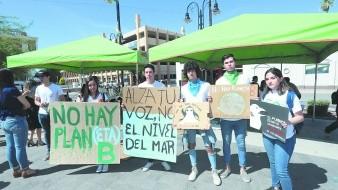 Estudiantes realizaron una manifestación pacífico por el cambio climático.